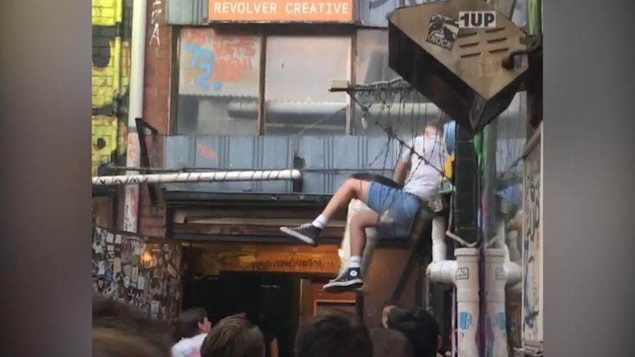 Thanh niên ngã hàng rào khi cố gắng trèo vào quán bar