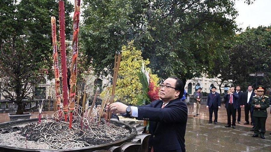 Lãnh đạo TP Hà Nội dâng hương tưởng nhớ các bậc tiền nhân và Chủ tịch Hồ Chí Minh