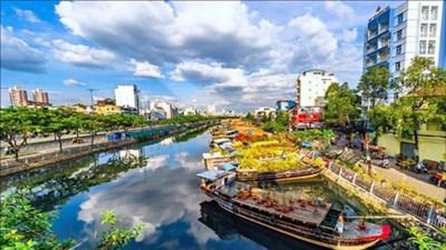 Sắc xuân trên 'chợ hoa nổi' ở thành phố mang tên Bác