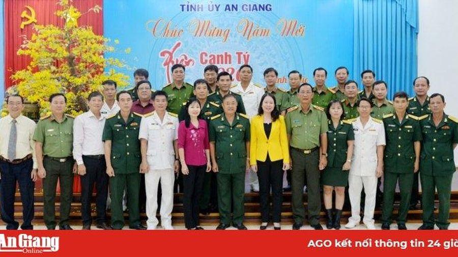Lực lượng vũ trang và Hội Tương tế người Hoa tỉnh chúc Tết Tỉnh ủy An Giang đầu năm mới