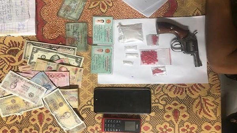 Bắt giữ 2 đối tượng tàng trữ trái phép ma túy và vũ khí