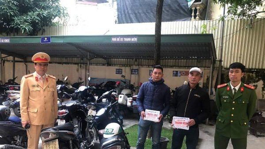Cảnh sát giao thông xử phạt 'cò' đeo bám du khách chùa Hương