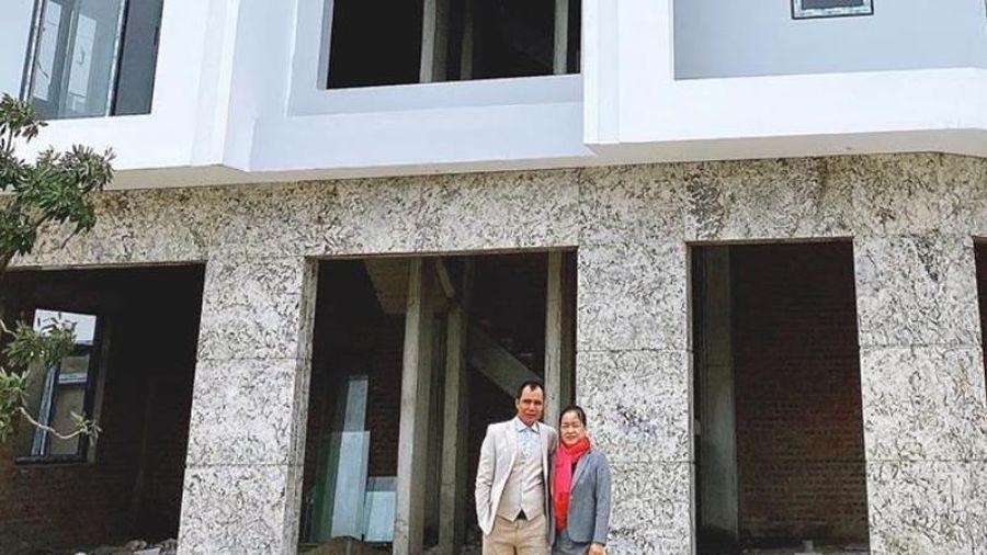 Hòa Minzy tặng bố mẹ biệt thự 'siêu to khổng lồ' và lời tâm sự đầy cảm động