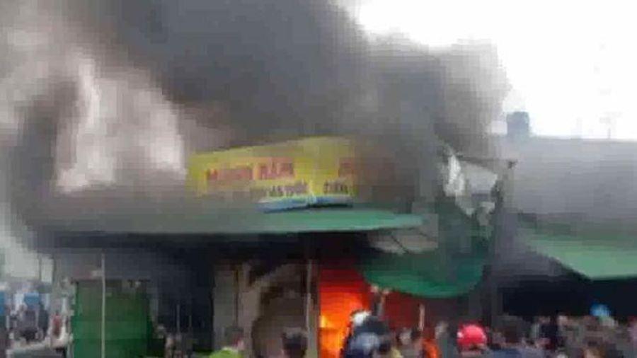 Cháy lớn chợ Phủ Diễn, 7 ki-ốt bị thiêu trụi