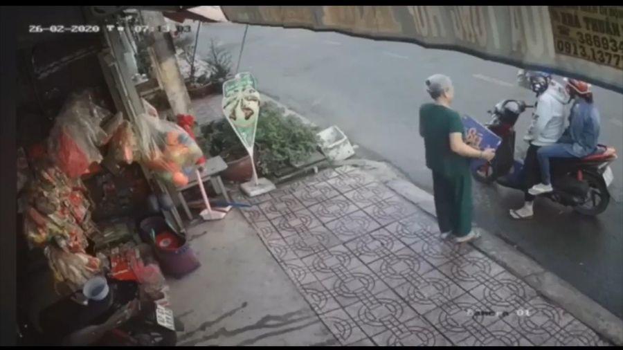 Đôi nam nữ không trả tiền, bỏ chạy sau khi mua thùng bia của bà cụ