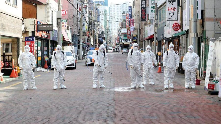 Năm cán bộ nhiễm Covid-19 ở ổ dịch lớn nhất Hàn Quốc