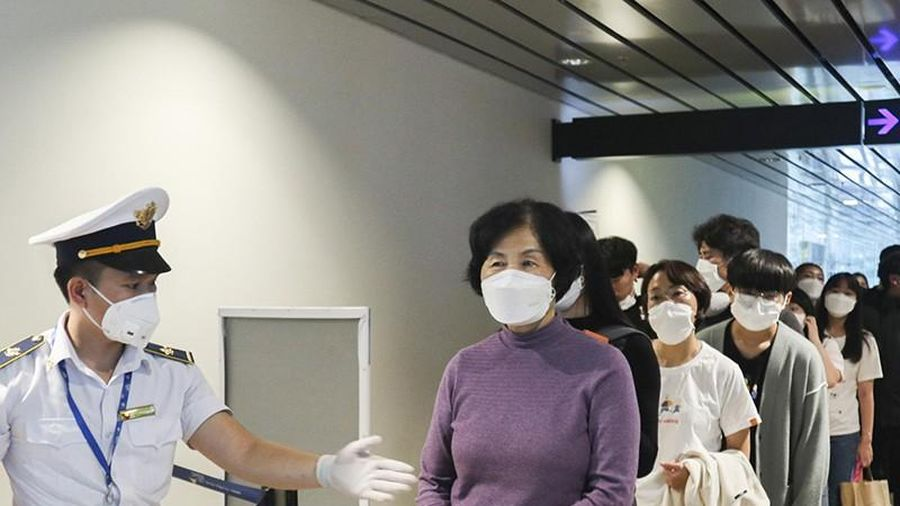 Nâng mức cảnh báo, dừng miễn thị thực với công dân Hàn Quốc