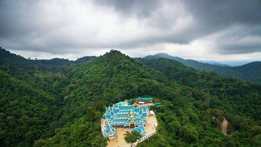 Đến thăm ngôi chùa có bức tượng Phật Nằm bằng đá cẩm thạch trắng lớn nhất Thái Lan