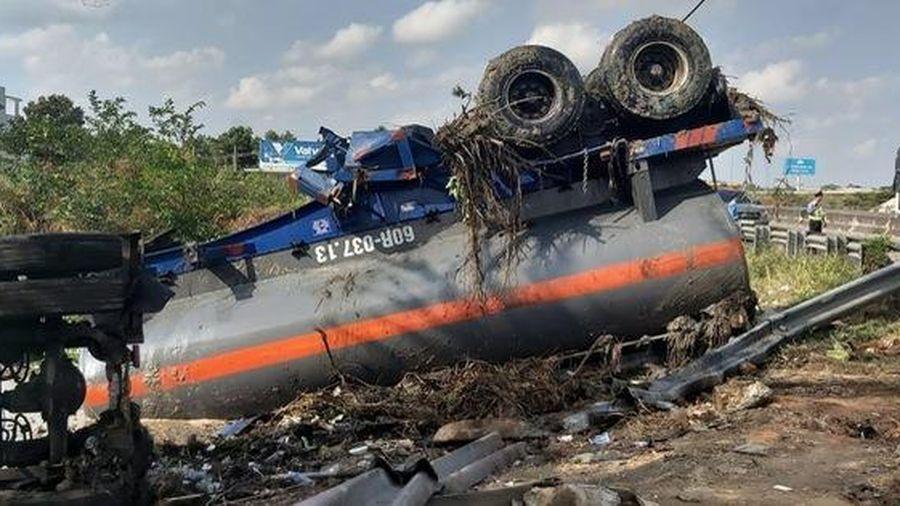 Xe bồn chở hóa chất lật trên rìa cao tốc TP HCM – Trung Lương, hóa chất trong bồn tràn ra ngoài