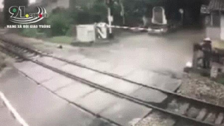 Clip: Khoảnh khắc cô gái băng qua đường sắt bị tàu hỏa đâm tử vong