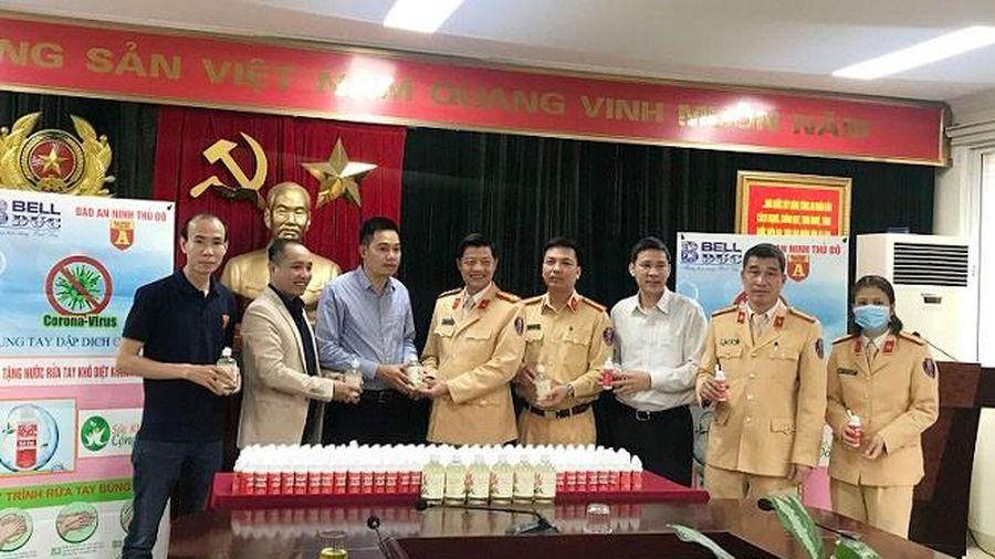 Trao tặng hơn 2.000 chai nước rửa tay sát khuẩn cho lực lượng Cảnh sát giao thông Thủ đô
