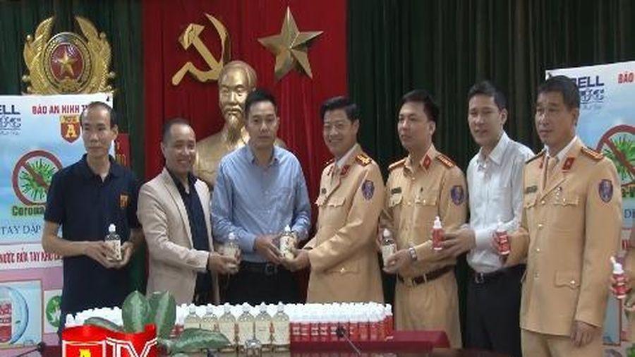Báo ANTĐ trao tặng lực lượng CSGT Thủ đô 2.000 chai rửa tay sát khuẩn
