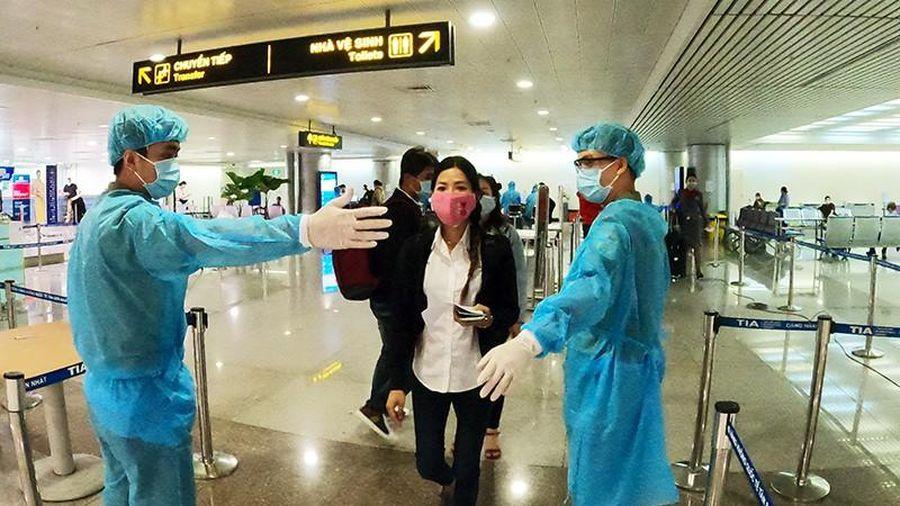 Người Việt mừng vui từ vùng dịch COVID-19 về nước