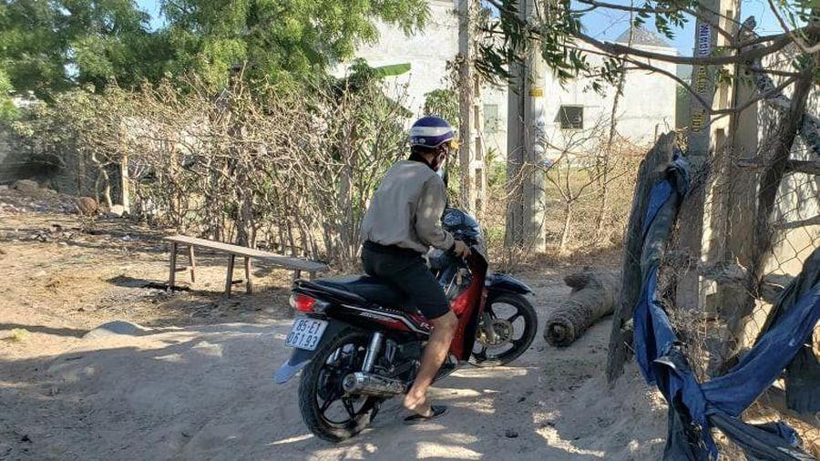 Người dân 'xé rào' ra vào khu cách ly thôn Văn Lâm 3