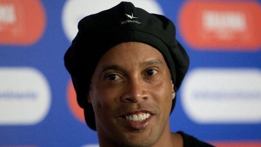 Bạn bè tổ chức sinh nhật cho Ronaldinho trong tù