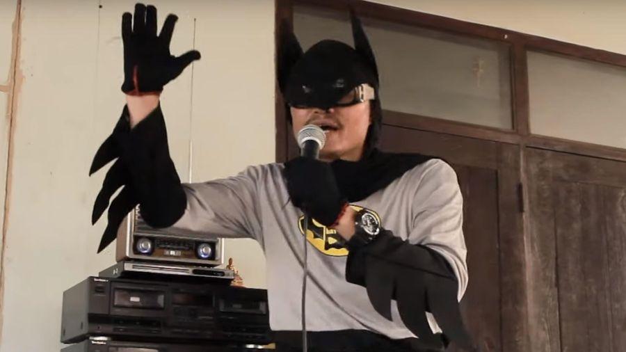 Giáo viên Thái cosplay thành Batman hát cổ động chống dịch bệnh