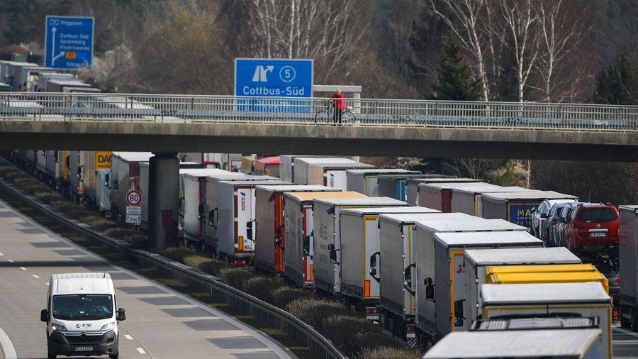 Kẹt xe hàng chục kilomet ở biên giới các nước châu Âu vì phong tỏa