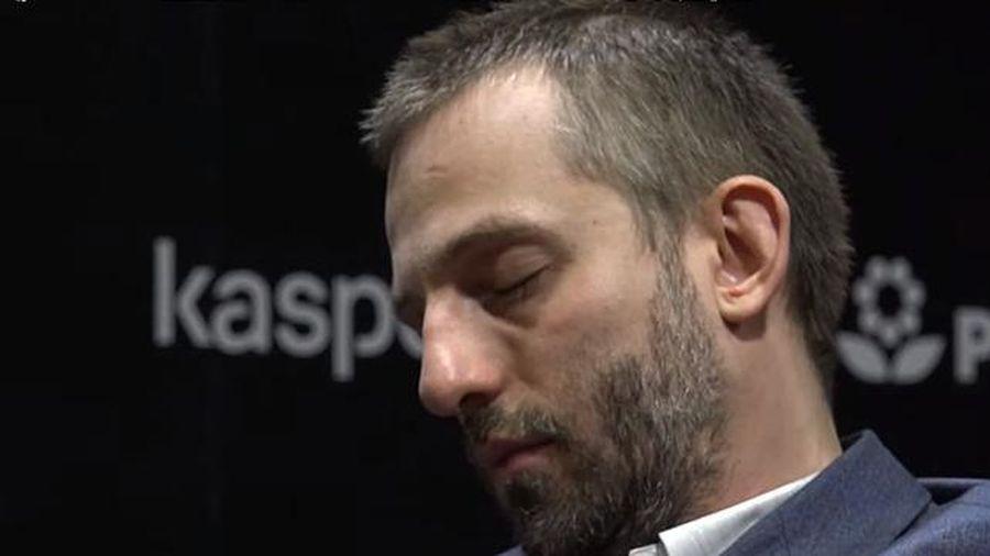 Đại kiện tướng cờ vua ngủ gật giữa ván đấu