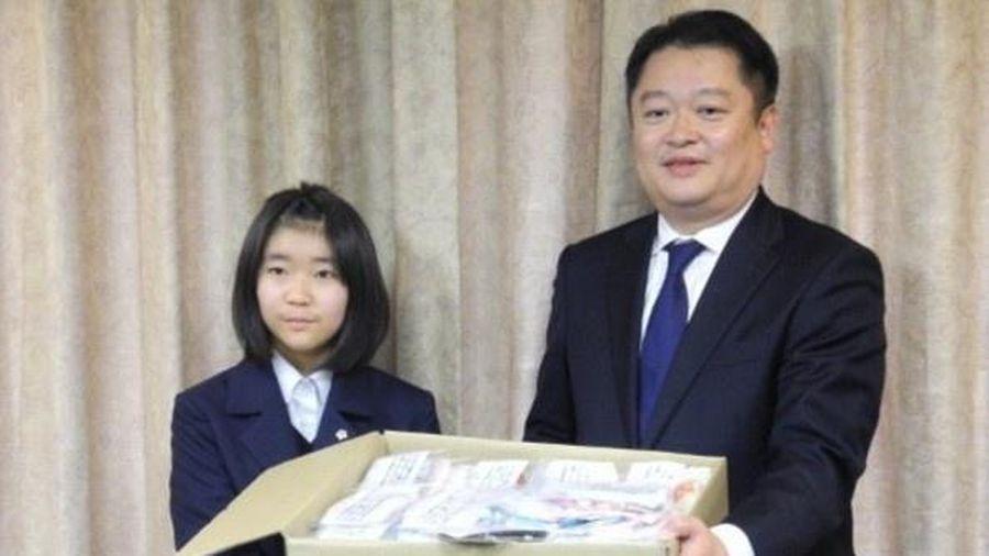 Nữ sinh làm khẩu trang tặng người già, trẻ mồ côi chống dịch bệnh