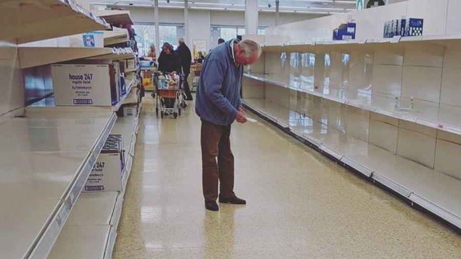 Ảnh cụ ông đứng giữa kệ hàng trống ở siêu thị khiến dân mạng đau lòng