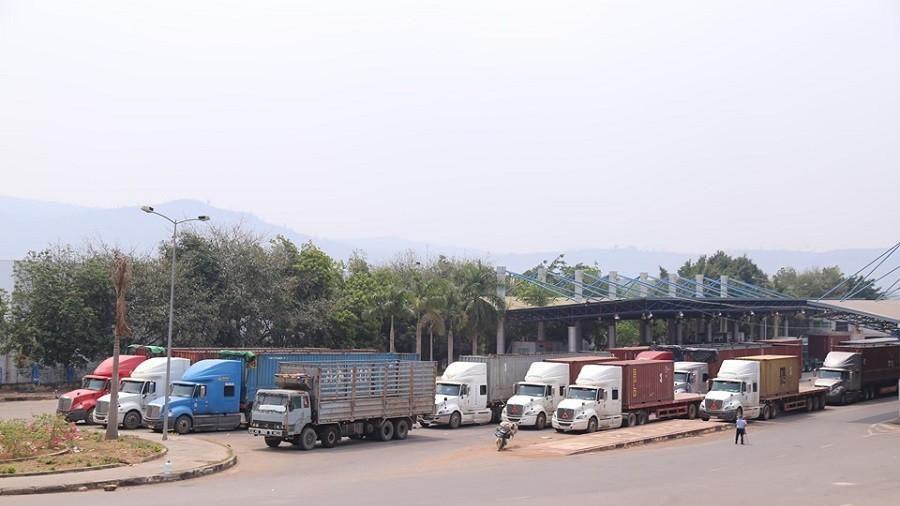 Hàng trăm xe container 'rồng rắn' tại cửa khẩu