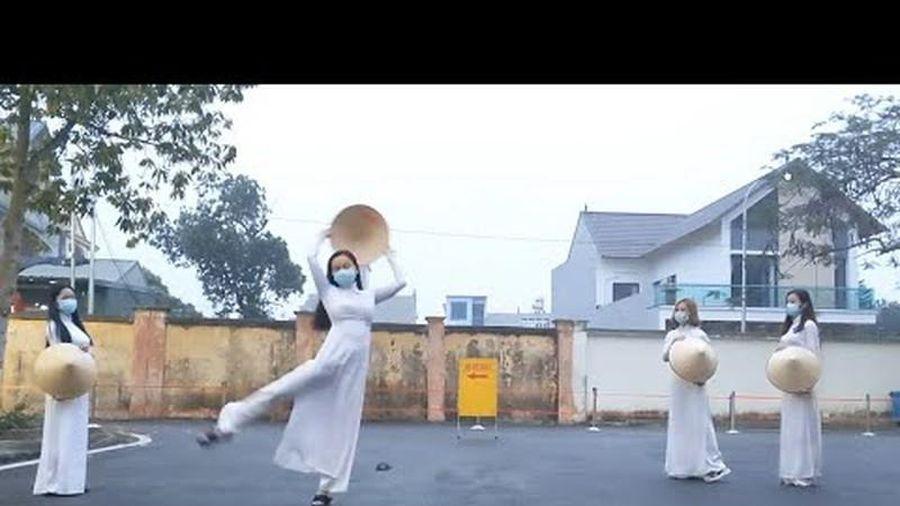 Nữ tiếp viên hàng không xinh đẹp biểu diễn múa từ khu cách ly