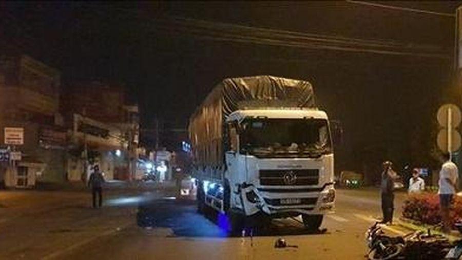 Va chạm với xe tải lúc rạng sáng, 3 thanh niên đi xe máy thương vong
