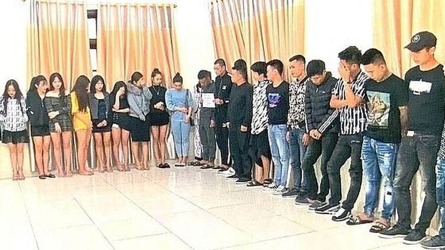 Phá tụ điểm 'bay lắc' trong quán karaoke, bắt giữ 68 'dân chơi'