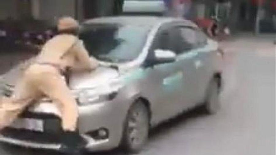 Vi phạm luật giao thông, tài xế taxi lao thẳng xe vào tổ công tác đang làm nhiệm vụ