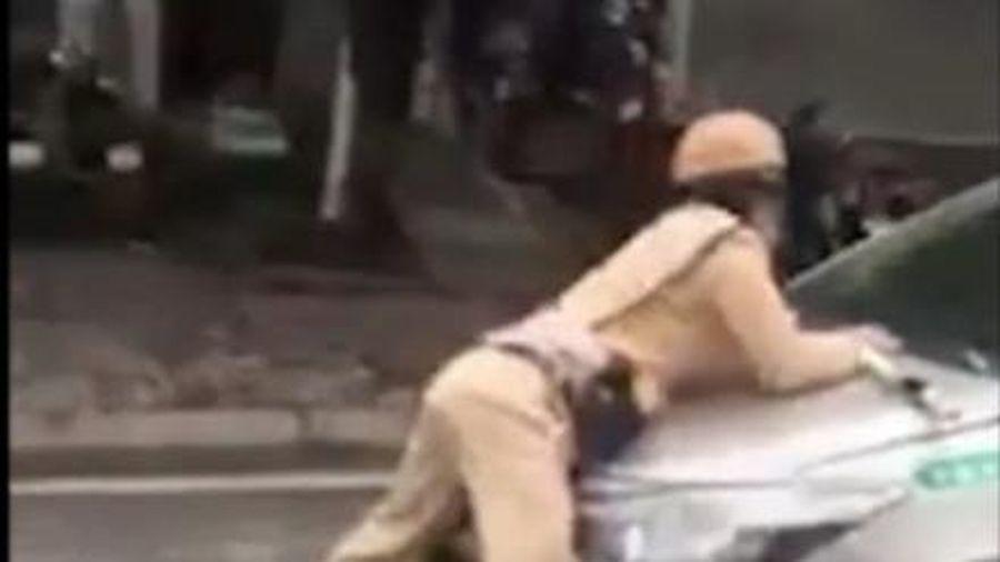 Hà Nội: Tài xế taxi hất CSGT lên nắp capô