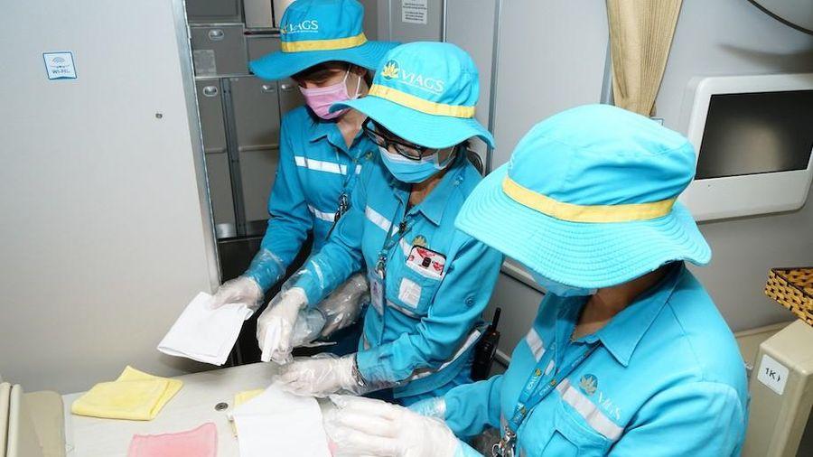Cận cảnh quy trình vệ sinh khử trùng tàu bay nội địa của Vietnam Airlines