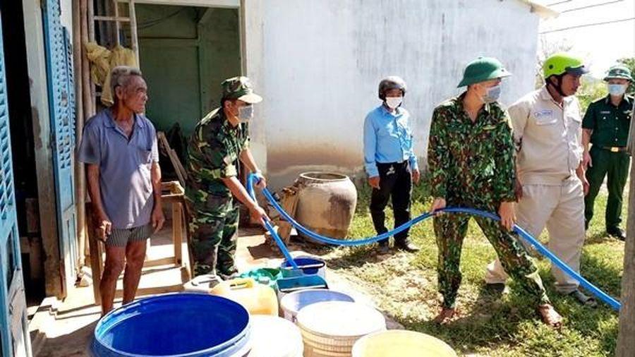 Sóc Trăng: Bộ đội biên phòng tặng dân dụng cụ chứa nước và nước sạch