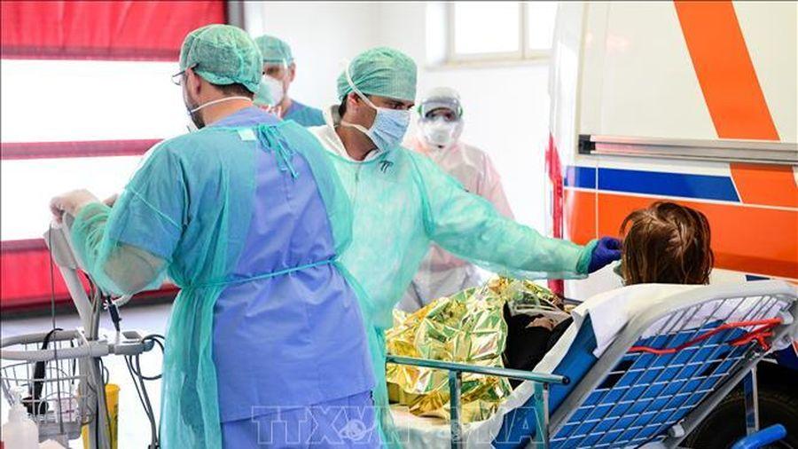 Giữa dịch COVID-19, Italy cho 10.000 sinh viên trường y tốt nghiệp sớm