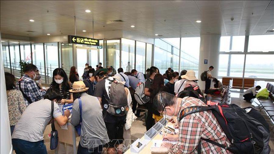 Rà soát du khách trên 11 chuyến bay đến Hà Nội có trường hợp mắc COVID-19