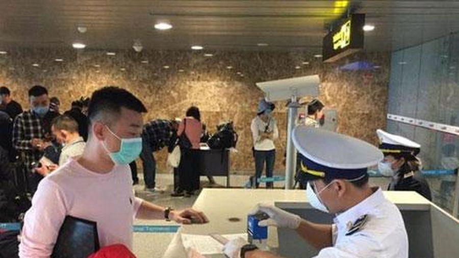 Bộ Y tế 'thông báo khẩn' về việc tìm hành khách trên chuyến bay có bệnh nhân COVID-19
