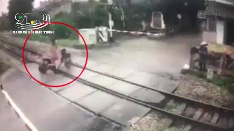 Khoảnh khắc nữ sinh băng qua barie khi đoàn tàu rầm rập lao tới