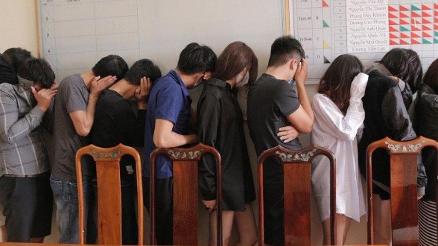 Hà Tĩnh: Bắt 11 đối tượng 'phê' ma túy trong khách sạn