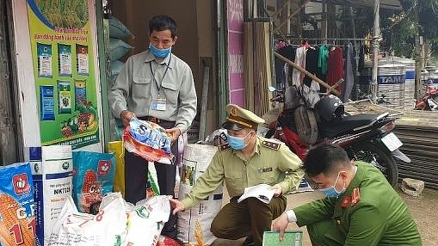 Lạng Sơn: Tiêu hủy 105 kg thức ăn hỗn hợp cho gia súc quá hạn sử dụng