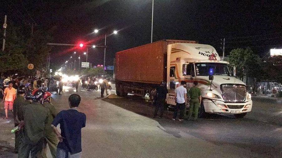 Bất ngờ băng qua đường, người đàn ông tử vong dưới bánh xe container