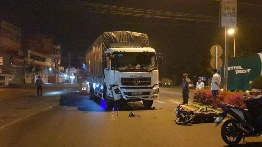 Xe máy chở 3 chạy tốc độ cao tông xe tải, 1 người tử vong, 2 nguy kịch