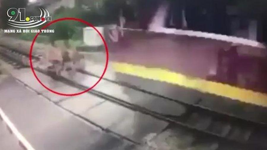 Cô gái bị tàu hỏa đâm văng vì cố vượt đường ngang dù đã được cảnh báo