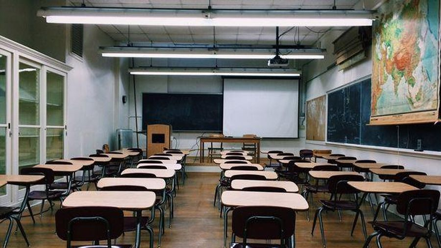 Thêm 32 người thiệt mạng vì Covid-19, Anh đóng cửa trường học