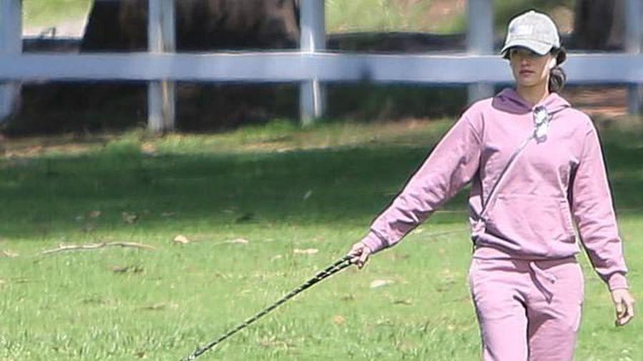 'Thiên thần' Alessandra Ambrosio mặc đồ khỏe khoắn dắt thú cưng đi dạo
