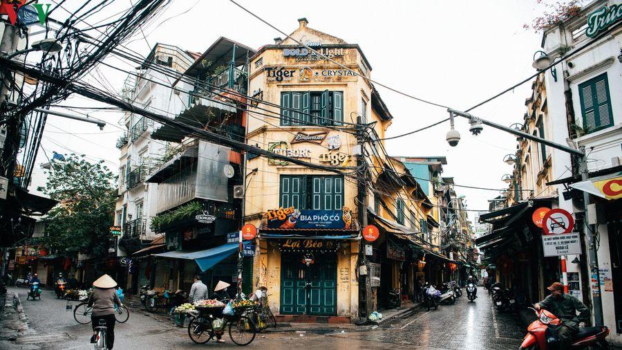 Phố phường Hà Nội vắng vẻ sau khuyến cáo 'hạn chế ra đường'
