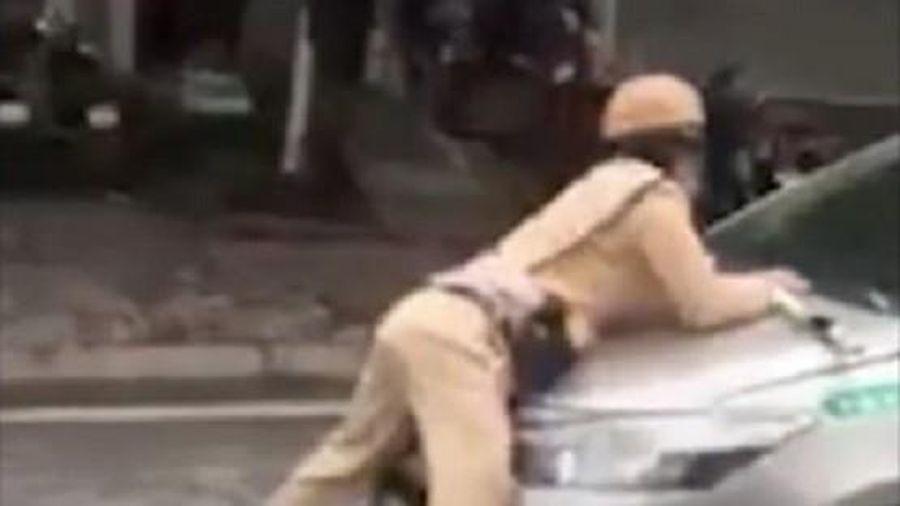 Taxi hất CSGT lên nắp capo rồi bỏ chạy trên đường Hà Nội