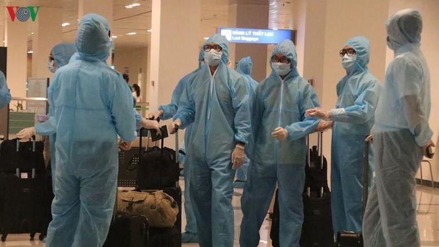 2 chuyến bay từ Dubai và Doha đến Nội Bài có người mắc Covid-19