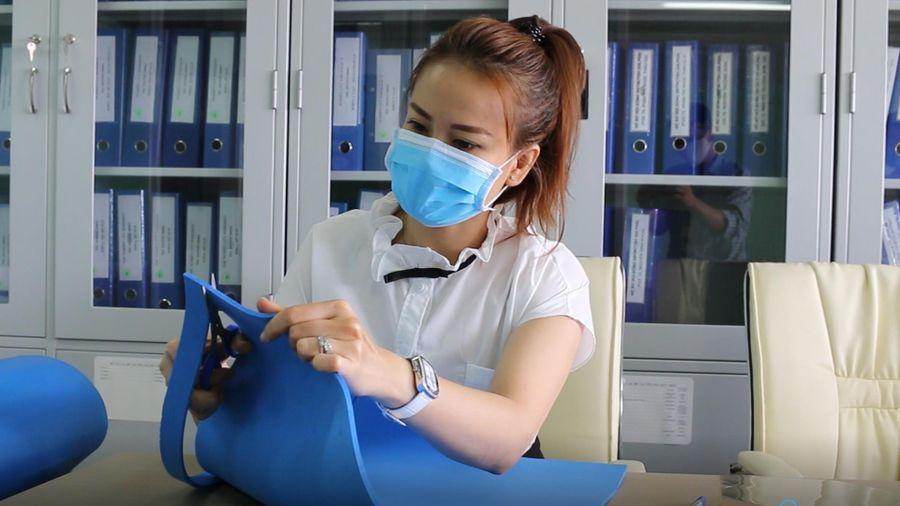 Bệnh viện Chợ Rẫy hướng dẫn cách làm nón kính ngăn giọt bắn phòng Covid-19
