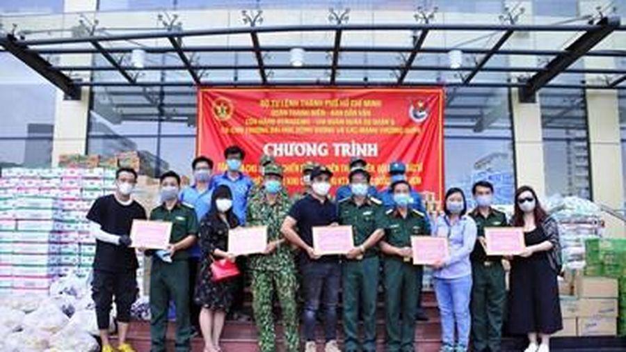 Trao tặng vật tư y tế tới bộ đội, dân quân, chiến sĩ tình nguyện thực hiện nhiệm vụ tại khu cách ly