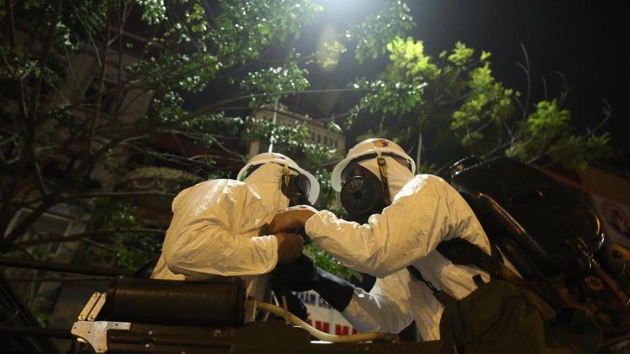 Theo đoàn xe Binh chủng Hóa học khử khuẩn, tiêu độc ổ dịch COVID-19 ở Bệnh viện Bạch Mai