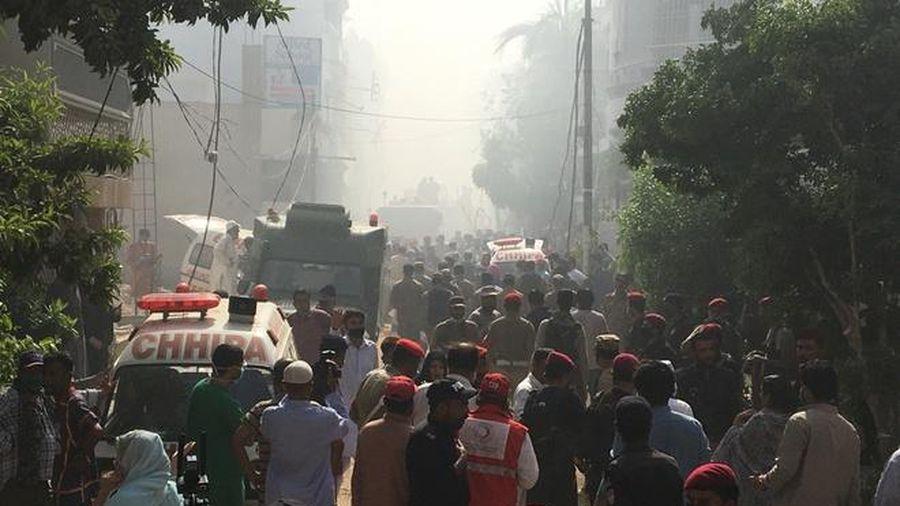 Khu phố nghèo hóa đống đổ nát sau khi máy bay lao xuống ở Pakistan